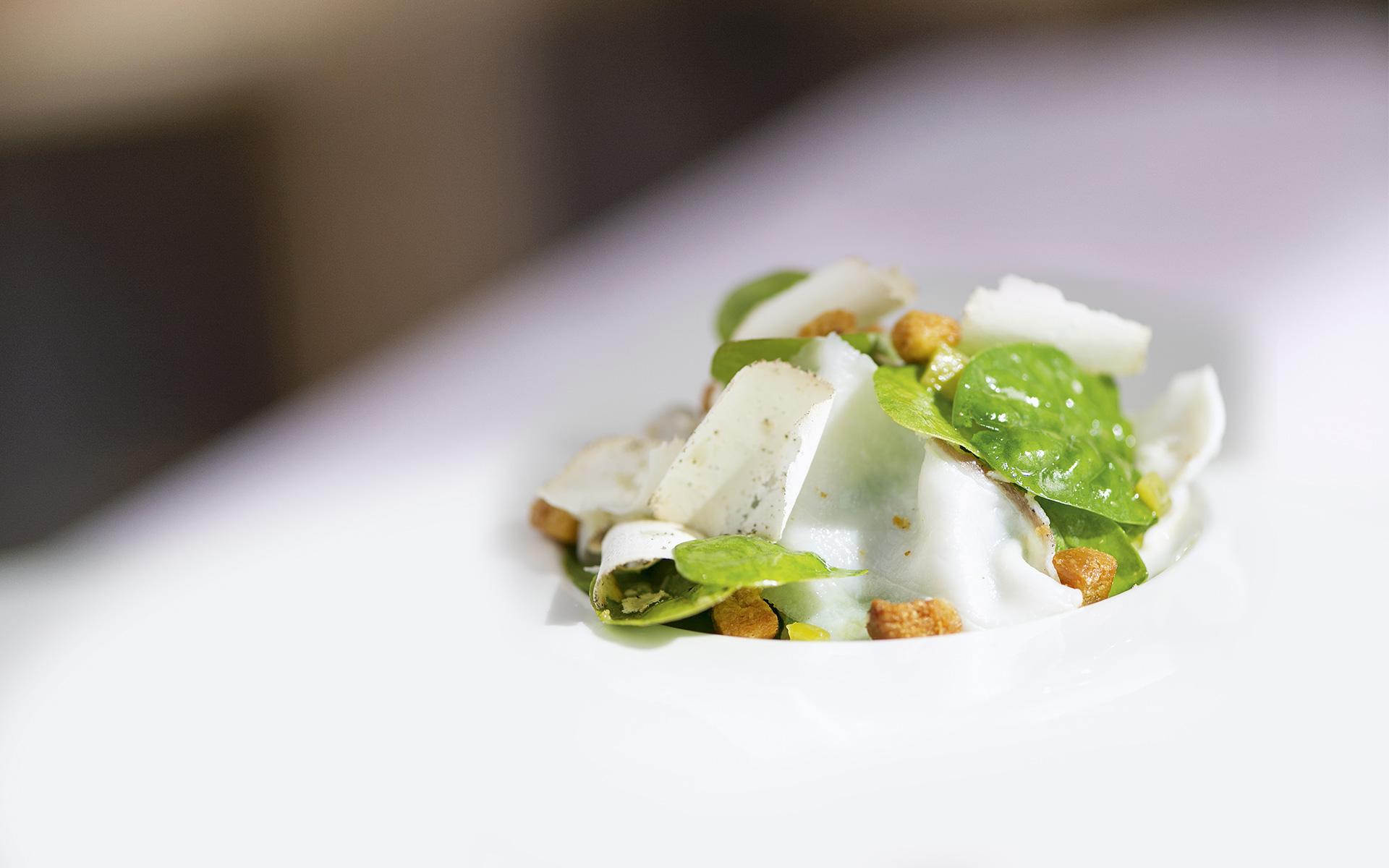 Spinatsalat mit Rhabarberdressing, Croutons und Lardo