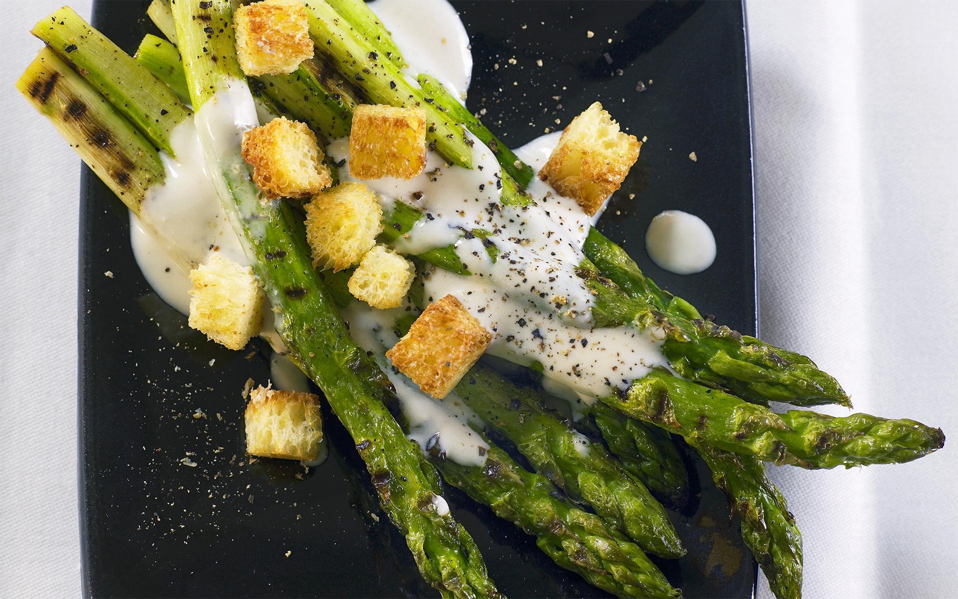Gegrillter grüner Spargel mit Cesar-Salad-Dressing