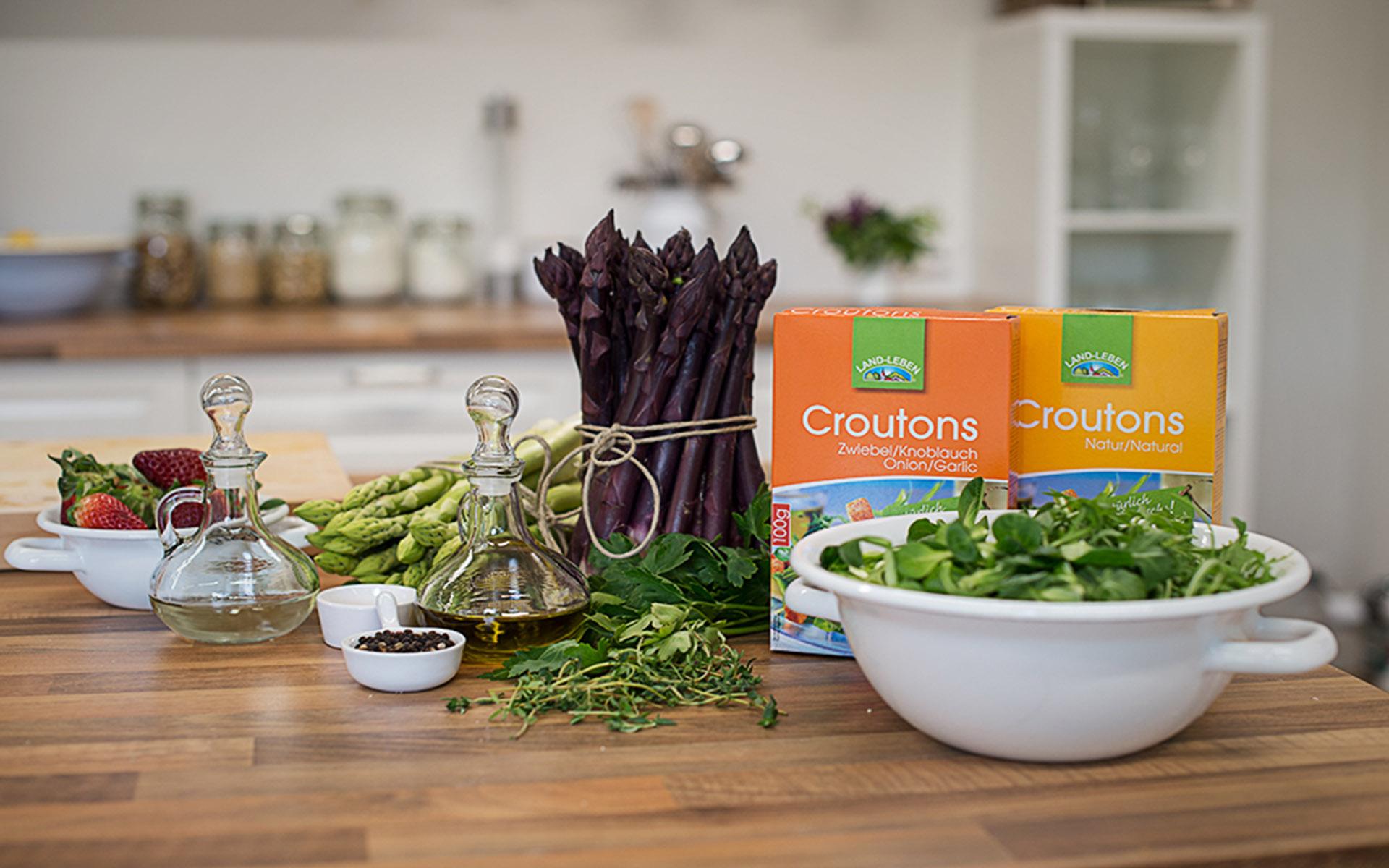 Grün trifft Violett & Frucht - Spargel Erdbeer Salat