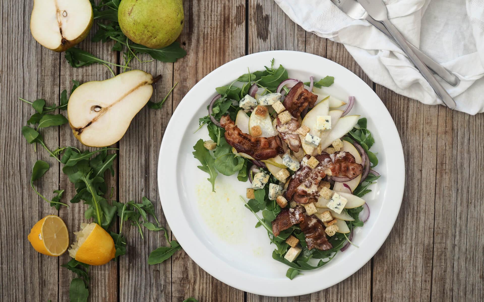 Salat mit Birnen, Speck, Blauschimmelkäse und Croutons
