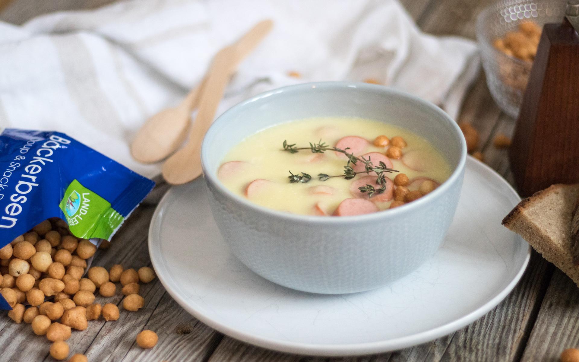 Pastinaken-Selleriesuppe mit Thymian und Würstchen