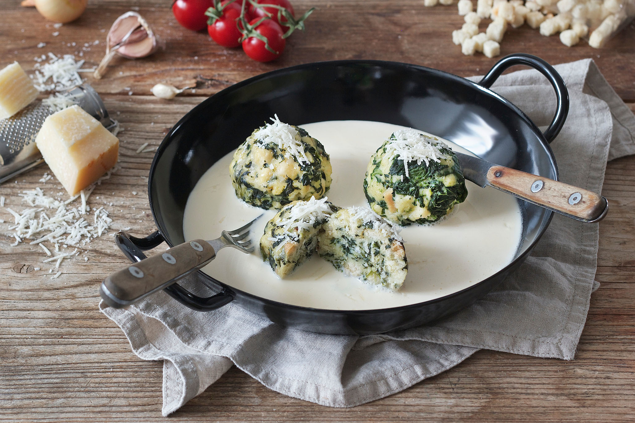 Spinach dumpling with cheese sauce