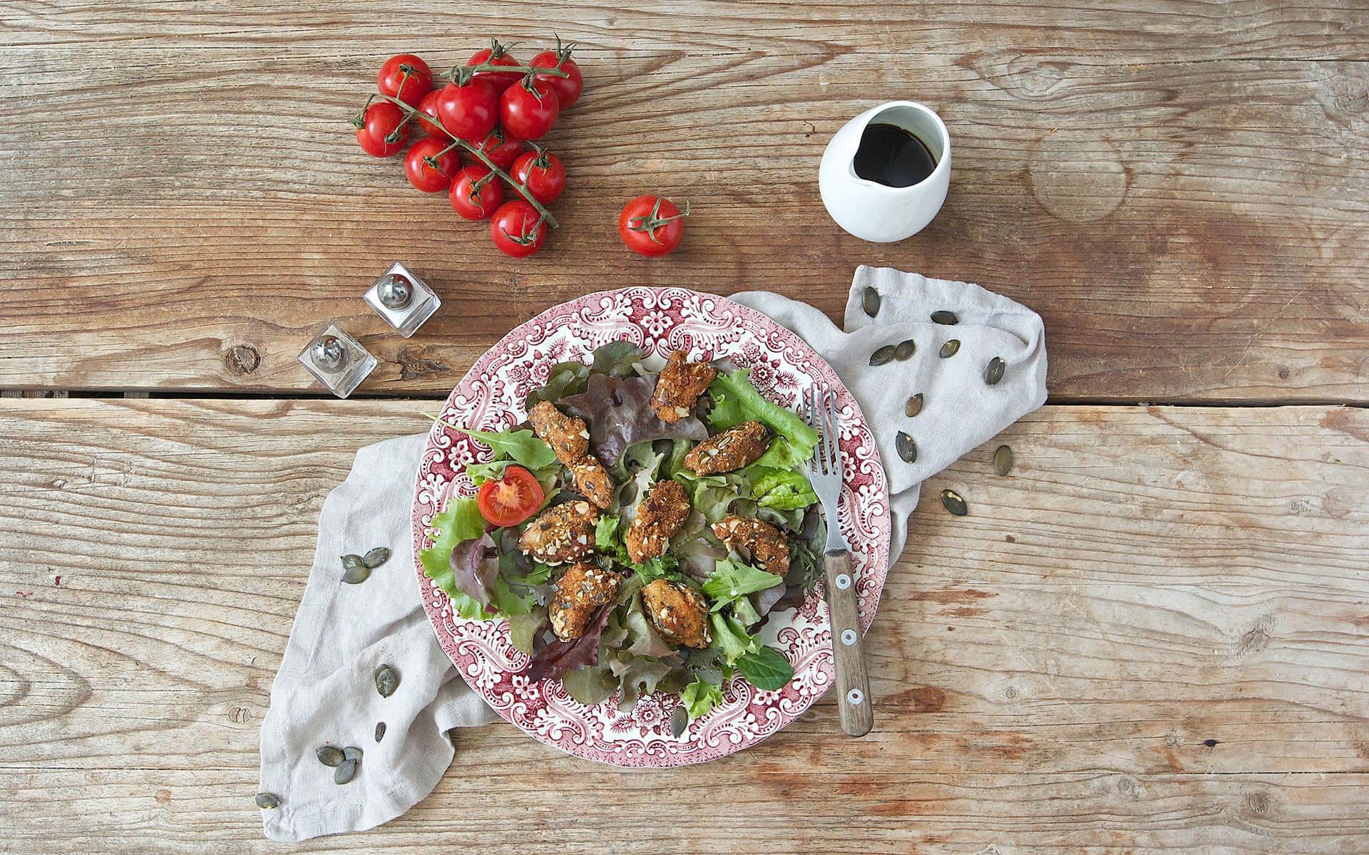 Knusprige Hendl Bissen auf Blattsalat