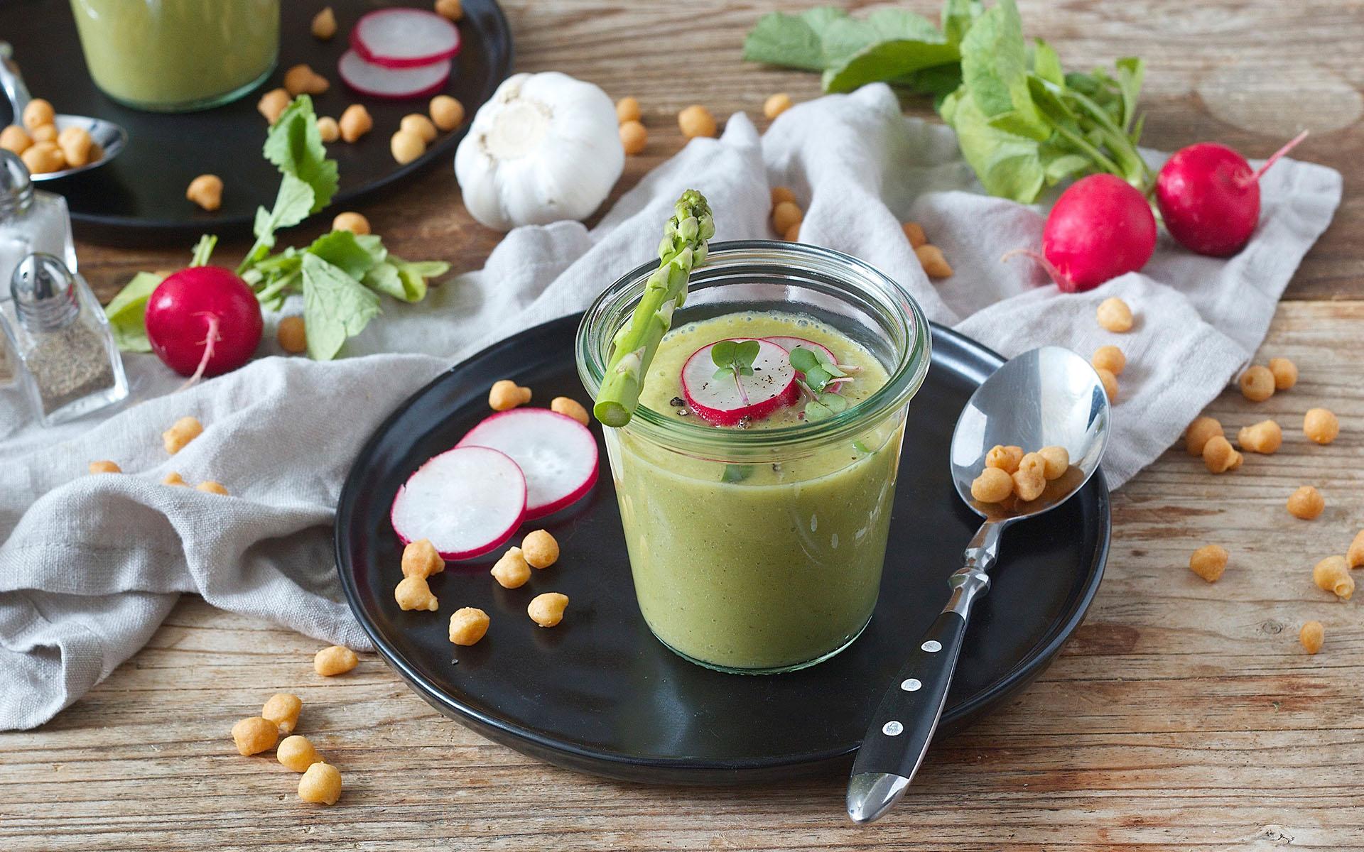 Spargel Gazpacho mit Radieschen, Kräutern und Backerbsen