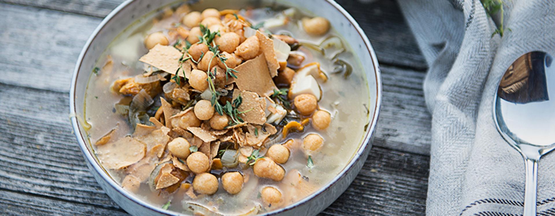 Pilzsuppe mit knusprigen Strudelblättern & Backerbsen