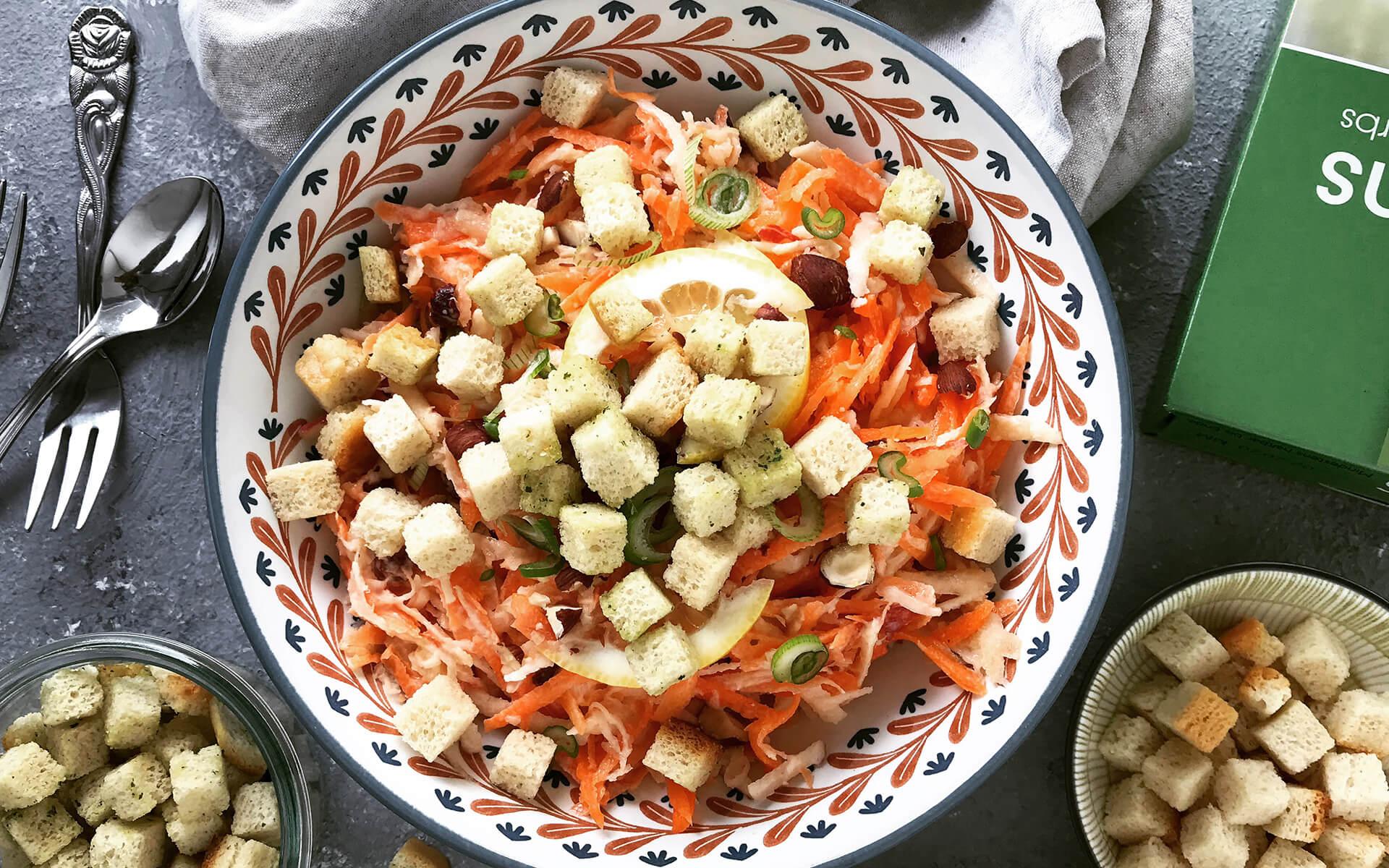 Karotten-Sellerie-Salat mit knusprigen Croutons