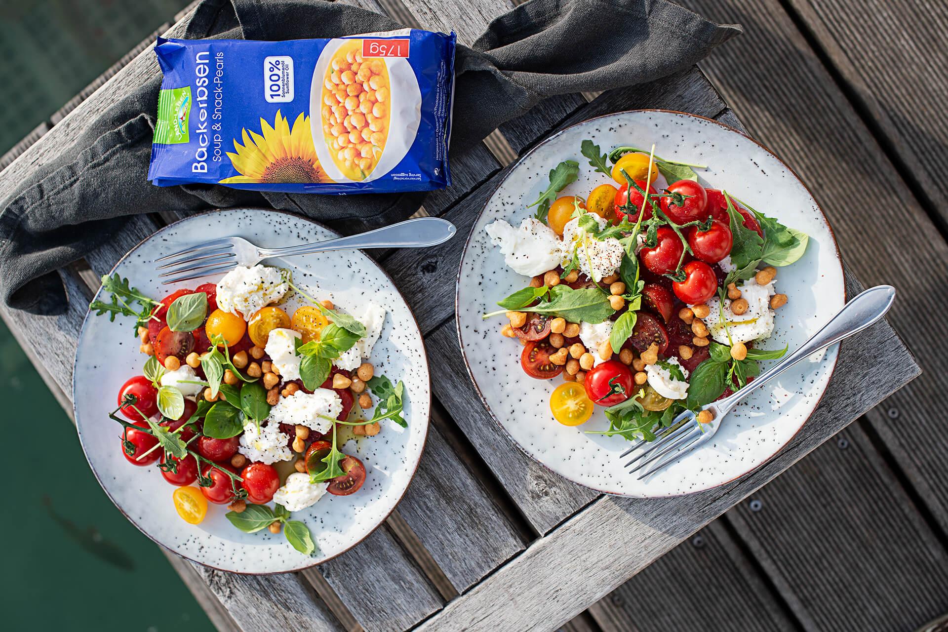 Burrata mit Tomatenraritäten, Basilikumdressing & Backerbsen