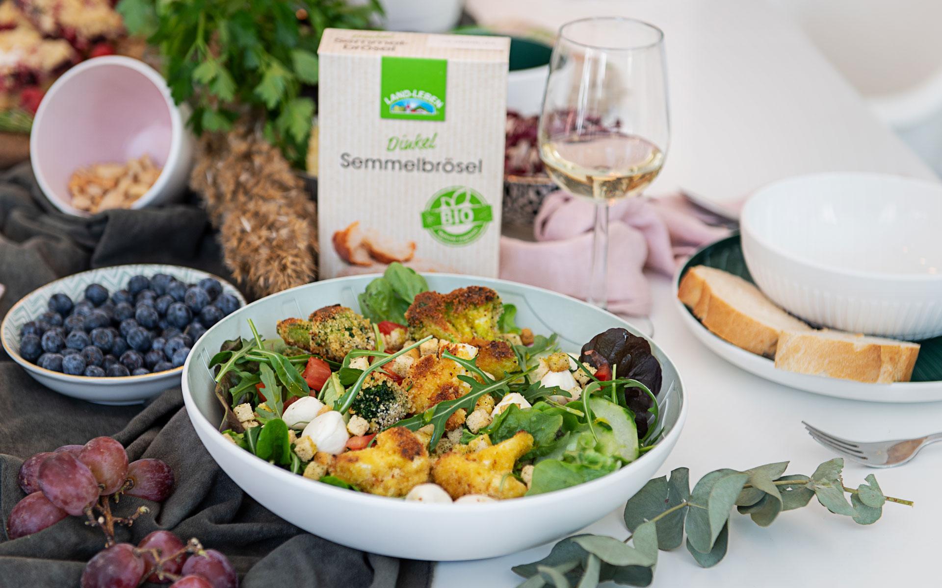 Knusper-Brokkoli & -Karfiol auf buntem Salat