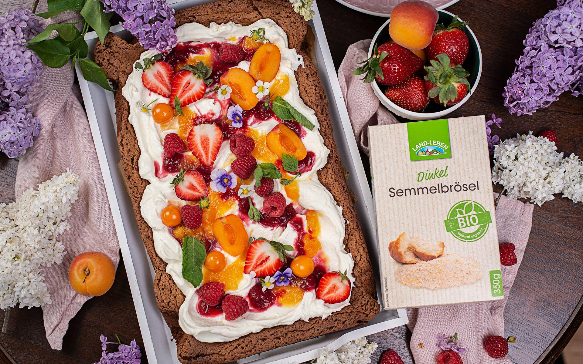 Fruchtiger Schoko Blechkuchen mit Topfencreme und Sommerfrüchten