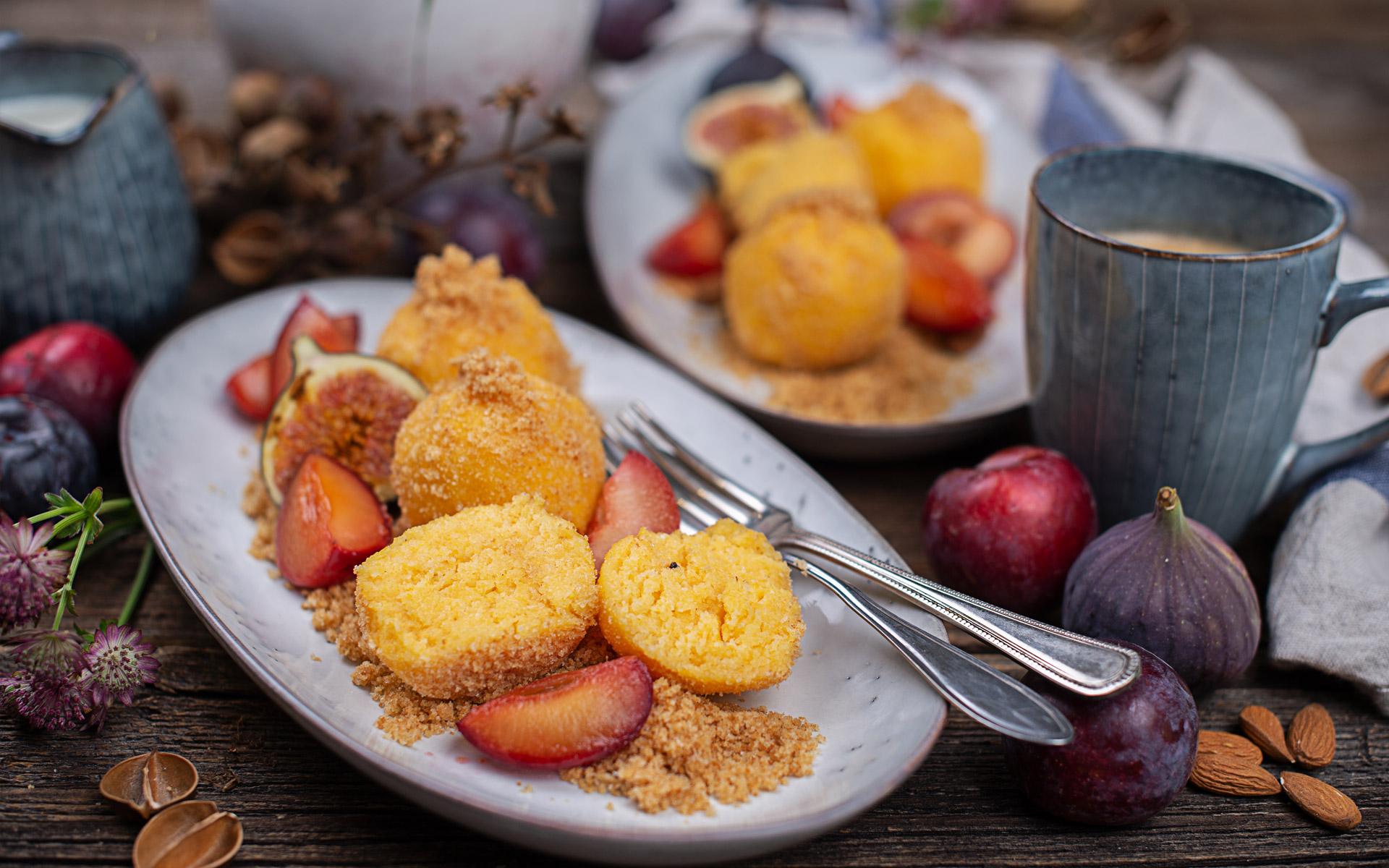 Süße Polentaknödel mit eingekochten Zwetschken & Zimtbröseln