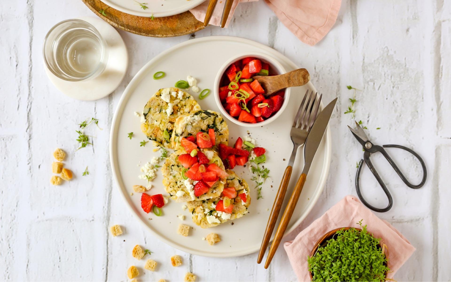 Spinat-Feta-Serviettenknödel mit Erdbeersalsa